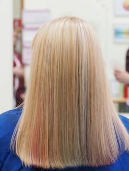 Wielokolorowe włosy. kolorowe zabarwienie włosów.