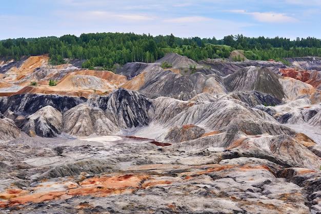 Wielokolorowe zerodowane wzgórza i zniszczona warstwa gleby na terenie kopalni odkrywkowej kaolin
