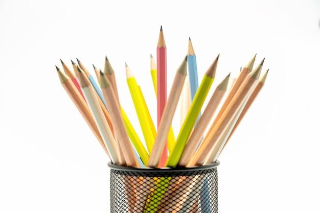 Wielokolorowy ołówek na białym tle
