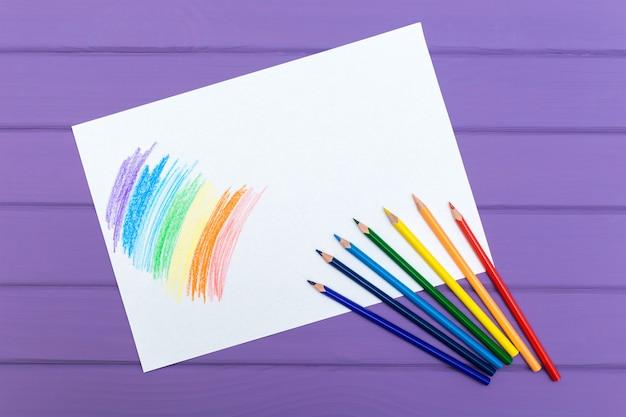 Wielokolorowy ołówek z czystym białym papierem