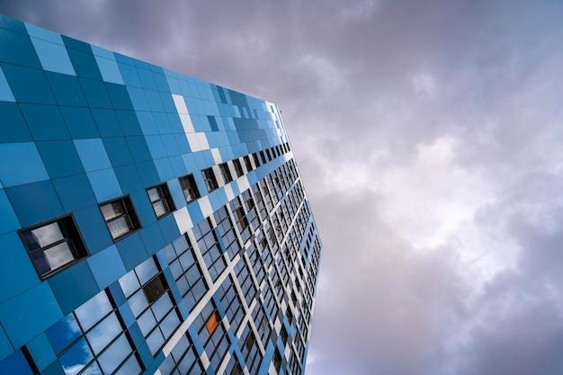 Wielokondygnacyjne nowoczesne budynki mieszkalne