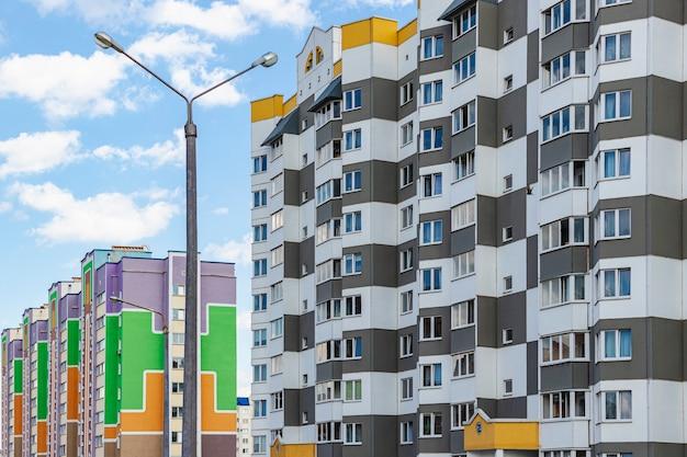 Wielokondygnacyjny nowoczesny budynek mieszkalny. budownictwo mieszkaniowe. fundusz mieszkaniowy. kredyty hipoteczne dla młodych rodzin.