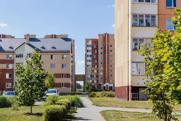 Wielokondygnacyjny nowoczesny budynek mieszkalny. budownictwo mieszkaniowe. fundusz mieszkaniowy. sypialna dzielnica mieszkalna. kredyty hipoteczne dla młodych rodzin.