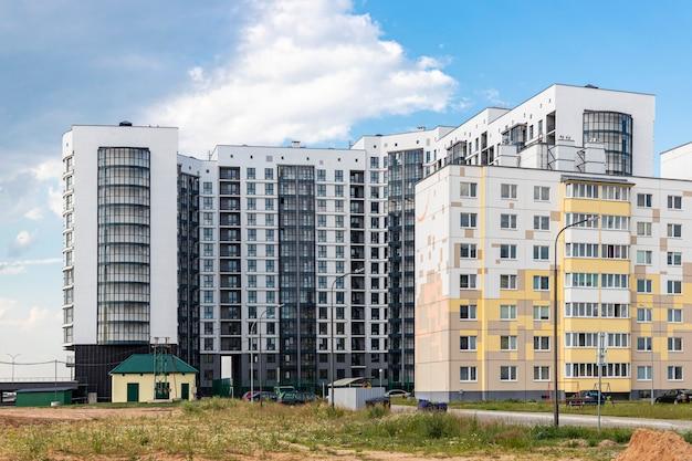 Wielokondygnacyjny nowoczesny budynek mieszkalny. budownictwo mieszkaniowe. fundusz mieszkaniowy.