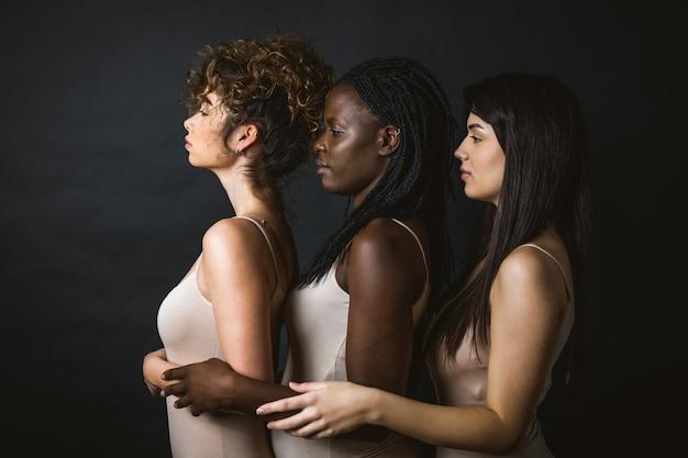 Wielokulturowa grupa pięknych kobiet pozujących w bieliźnie