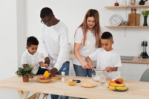 Wielokulturowa rodzina wspólnie przygotowuje obiad