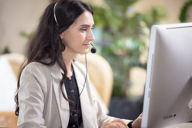 Wielokulturowi ludzie biznesu pracujący w call center, usługa wsparcia klienta online.