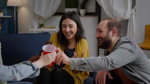 Wielokulturowi przyjaciele spotykają się z przyjaciółmi podczas spędzania czasu późno w nocy