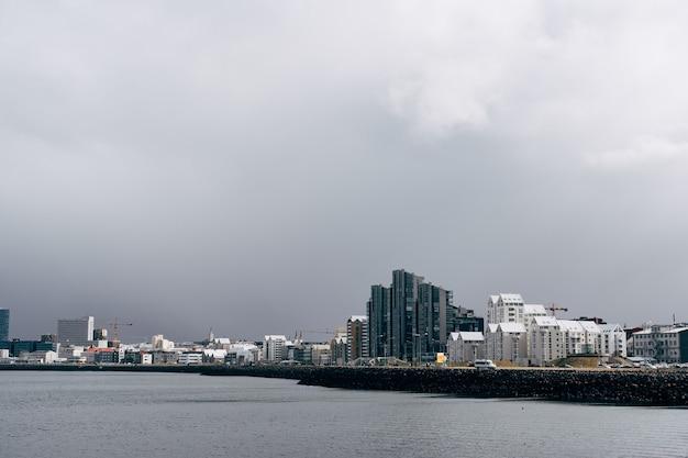 Wielopiętrowe nowoczesne wieżowce na nabrzeżu w reykjaviku, stolicy islandii