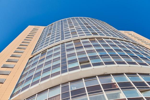 Wielopiętrowy budynek. rytm w fotografii. wielokondygnacyjna fasada, okna i blok mieszkalny, zbliżenie. nowoczesne apartamenty w wysokim budynku
