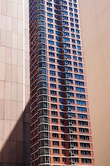 Wielopiętrowy budynek w mieście