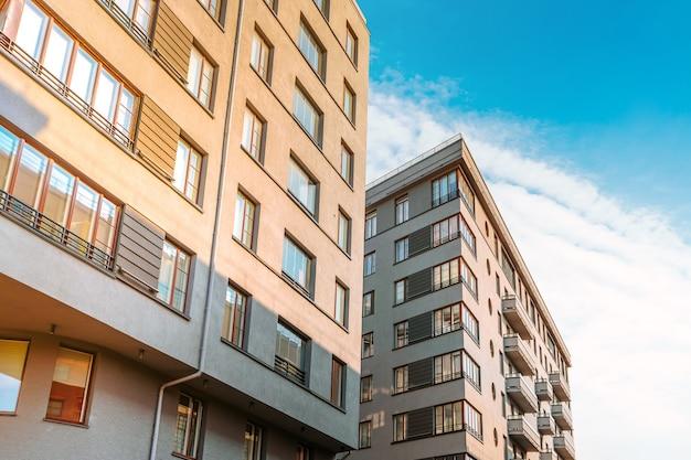 Wielopiętrowy nowoczesny budynek mieszkalny lub biznesowy z błękitnym niebem