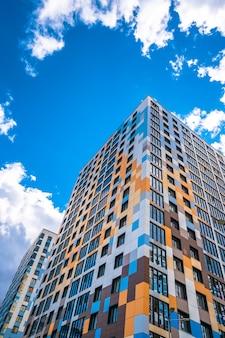 Wielopiętrowy nowoczesny budynek mieszkalny