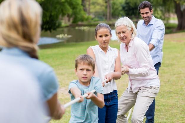 Wielopokoleniowa rodzina ciągnąca linę w przeciąganiu liny