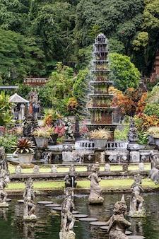 Wielopoziomowa kamienna fontanna w azji.