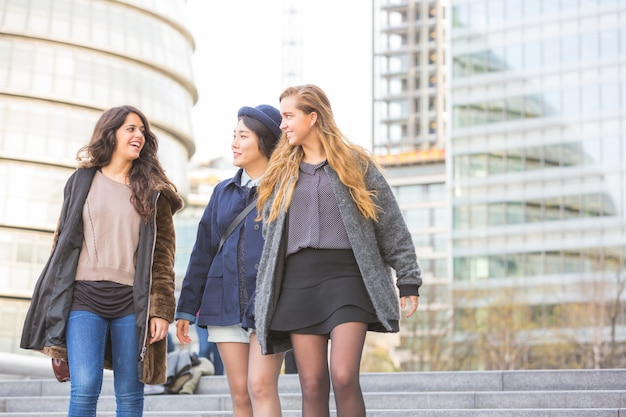 Wielorasowa grupa dziewcząt spacerujących po londynie