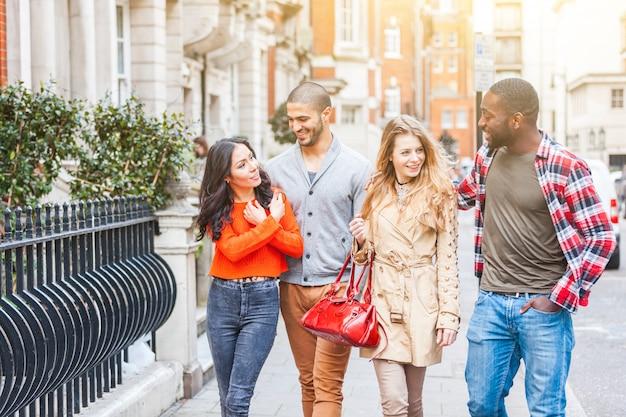 Wielorasowa grupa przyjaciół chodzących po londynie
