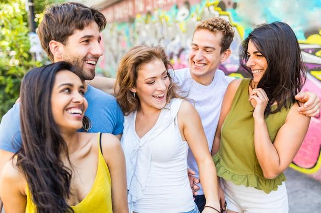 Wielorasowa grupa przyjaciół razem w mieście