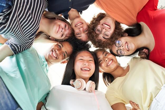 Wielorasowa grupa przyjaciół robi sobie uśmiechnięte selfie młodzi studenci patrzący w kamerę