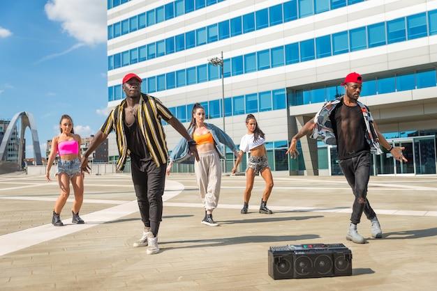 Wielorasowa grupa tańczącej załogi hip-hopowej