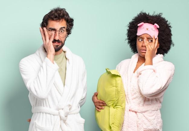 Wielorasowa para przyjaciół czuje się znudzona, sfrustrowana i senna po męczącym, nudnym i żmudnym zadaniu, trzymając twarz dłonią