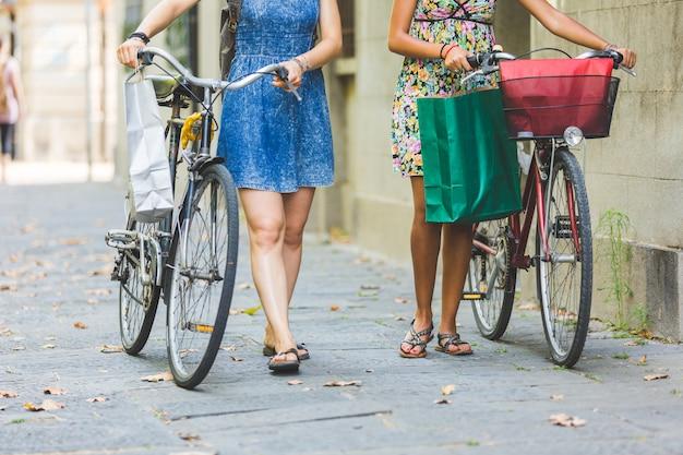Wielorasowa para przyjaciół z rowerami.