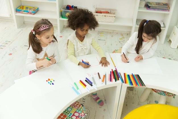 Wielorasowe dzieci w pokoju zabaw