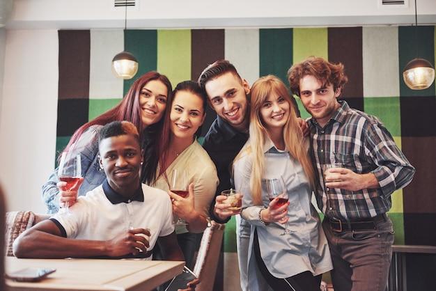 Wielorasowe ludzie zabawy w kawiarni przy selfie z telefonu komórkowego