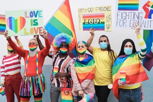 Wielorasowe osoby homoseksualne na imprezie dumy lgbt podczas wybuchu koronawirusa