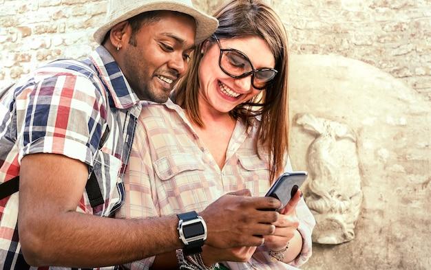 Wielorasowe para za pomocą inteligentnego telefonu komórkowego na wycieczkę po starym mieście