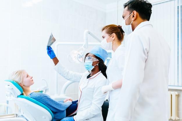 Wielorasowe zespół dentystyczny sprawdzanie zębów x ray pacjenta. koncepcja kliniki dentystycznej.
