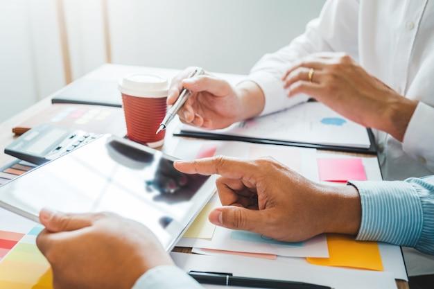 Wielorasowy kreatywny zespół współpracujący w nowoczesnym biurze