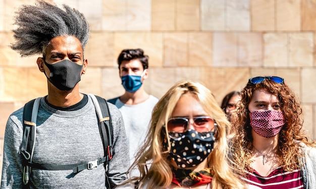 Wielorasowy tłum idący w pobliżu muru w miejskim kontekście miasta - skup się na lewym afroamerykańskim facecie