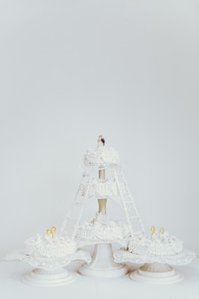 Wielowarstwowy biały tort weselny.