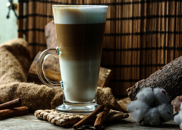Wielowarstwowy napój kawowy w szkle