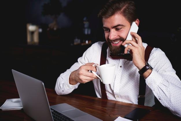 Wielozadaniowy biznesmen w pracy