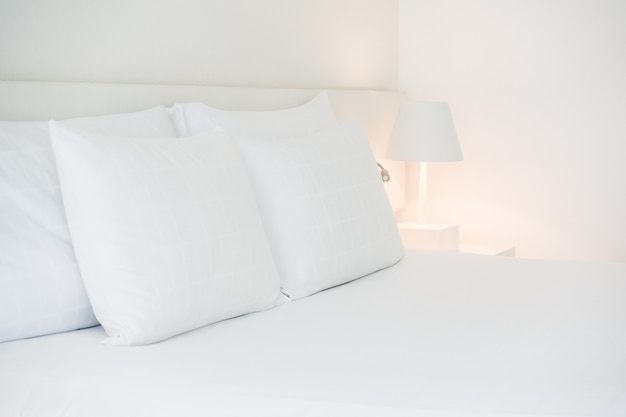 Wielu białych poduszek