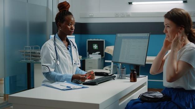 Wielu etnicznych ludzi robi konsultacje zdrowotne w gabinecie lekarskim