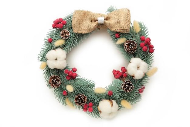 Wieniec bożonarodzeniowy na białym tle