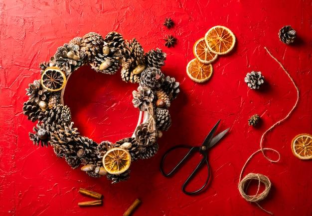 Wieniec bożonarodzeniowy z dekoracjami