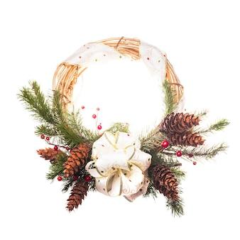 Wieniec bożonarodzeniowy z kokardą i gałązkami jodłowymi