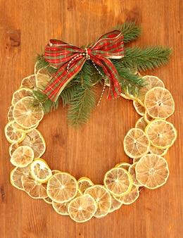Wieniec bożonarodzeniowy z suszonych cytryn z jodłą i kokardą