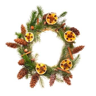 Wieniec bożonarodzeniowy z suszonymi plasterkami pomarańczy i laski cynamonu