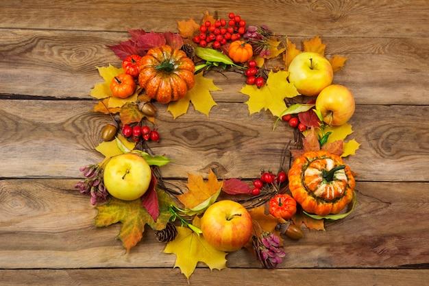 Wieniec na święto dziękczynienia z jabłkami, jagodami i liśćmi