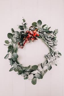Wieniec świerkowy na ozdoby świąteczne i sylwestrowe wieniec ramowy z miejscem na kopię na białym tle