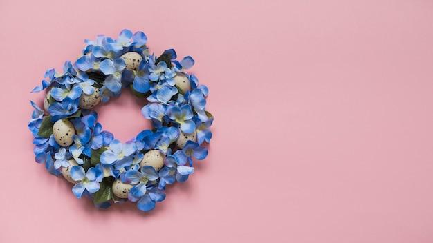 Wieniec wykonany z kwiatów i jaj