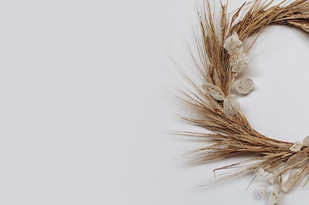 Wieniec z kłosów pszenicy. rękodzieło wykonane z materiału ekologicznego