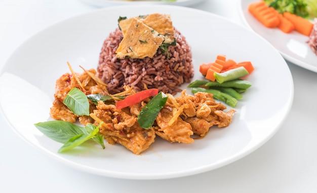 Wieprzowina curry z jagodowym ryżem i omletem