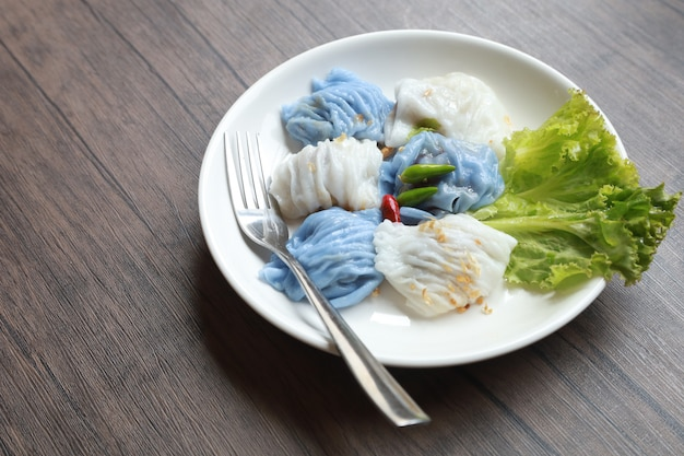 Wieprzowina dekatyzował paczki ryżowego azjatyckiego tajlandzkiego deserowego jedzenie na drewno stole