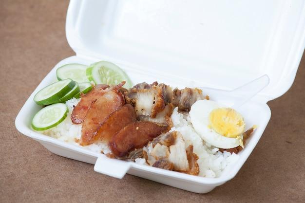 Wieprzowina z grilla, smażona wieprzowina z fermentacji i chrupiąca wieprzowina z ryżem parowym w pudełku z pianki